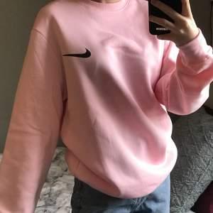 Säljer denna rosa Nike sweatshirt i storlek S. Det är ingen budgivning utan man köper direkt för 280:- + 66 spårbar frakt! ❗️ Finns ingen lapp där bak så den är uppenbarligen inte äkta. Vid fler bilder eller liknande skriv privat