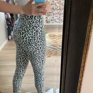 Säljer mina leopardbyxor på grund av att dom är för korta för mig ( jag är 173 ) riktigt snygga och använda 2 gånger sedan legat i min garderob