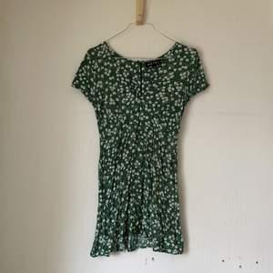Säljer denna gröna fantastiska klänning😍💚Köpte klänningen för ca 1 år sedan hos Nelly.com. Klänningen är i XS och lite kortare i modellen.  Säljer då klänningen är för liten för mig☺️Finns dragkedja i ryggen och fin söm längs   med midjan🌸Perfekt nu till sommaren!☀️  Frakten ingår inte i priset.   Om du önskar närmare bild eller mer information är det bara att skicka i DM!👍🏻  Happy shopping!🥺✨💘🍭