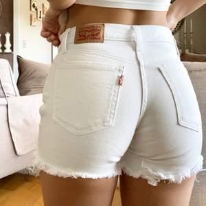 Säljer dessa trendiga Levis shorts!! Klar vita och har inga fläckar osv!! Skit snygga till sommaren! Kund står för frakt (storlek 24, vilket jag med S kan ha )