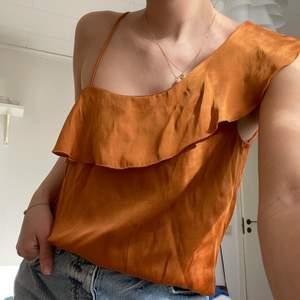 Så fin blus att ha till sommaren! Köpt från mango i storlek xs. I gott skick ❣️