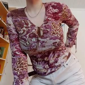 Så himla unik tröja från märket RANDIGARUTAN!! Väl använd och är lite trasig (där banden är) :( ändå superfin och sitter perfekt på kroppen💓