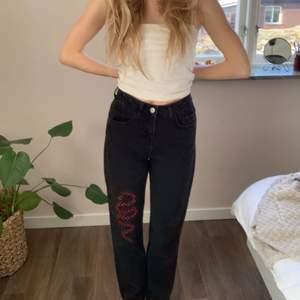 Ascoola jeans från nakd i storlek 34❣️ de har en ormdetalj fram på vänstra benet o är i fint skick då jag inte fått så mycket användning för dem.