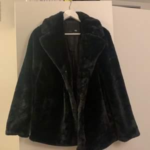 Skön och fin jacka i lite pälsmaterial, jackan är från lager 157 och säljs då jag inte fått användning av den