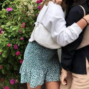 Säljer denna blommiga kjolen som är perfekt till sommaren. Storlek xs men passar s också ❤ Säljer då den är lite kort på mig. Är 167 cm för referens. Startbud är 60 kr plus 45 kr frakt