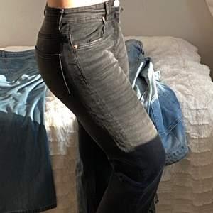 """Ett par svarta jeans som blir wide där nere. Samt ser tyget """"slitet"""" ut nere vilket ger en fin look. Dessa är bara använda 1 gång. Men super fina!!"""