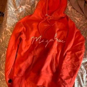 En jätte fin röd/ orange hoodie har dock fått en fläck på den vet inte hur jag ska få bort det heller men annars jätte fin tror jag kan frakta och mötas upp🥰