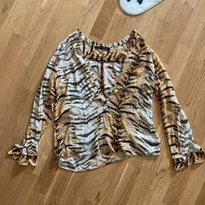 Zara tiger shirt size small (on tag says large but it's more small)