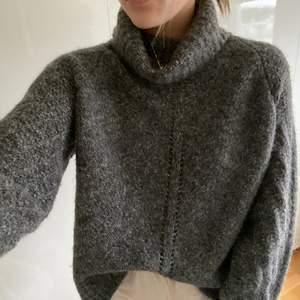 Superfin grå stickad tröja med polokrage! Sjukt snygg modell, färg och passar till allt. Från Odd Molly, nypris ca 1300kr. Köpt för 1,5 år sen och använd max 10 gånger så toppen skick! Säljer pga att jag har flera liknande 💕☺️