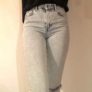 Säljer mina ljusblåa jeans från bikbok som är utåtsvängda och med hål i. Jeansen är endast använda två gånger och finns inte heller att köpa längre. Köparen står för frakten. Nypris 600 kr.💗