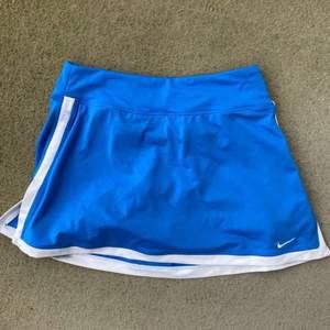 Säljer min Nike tennis kjol som är mycket sparsamt använd. Har shorts under och är i storlek S. Andra bilden är hur en liknande kjol ser ut på!