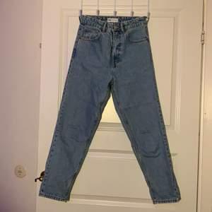 Ljusblåa mom jeans från Zara i storlek 34. Jag är 155 cm lång. Kontakta om frågor/ mer information.