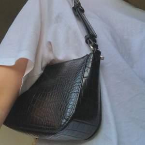 Nästan oanvänd svart baguetteväska från Lindex, använd kanske en eller två gånger. I mycket gott skick. Inköpt i vintras men säljer pga att jag inte använder den. Nypris: 250 kronor. Endast leverans, köparen står för frakt!