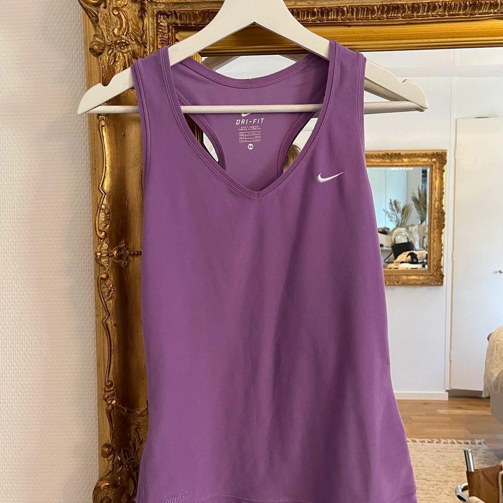 Lila träningslinne från nike, storlek xs med stretchigt. . Huvtröjor & Träningströjor.