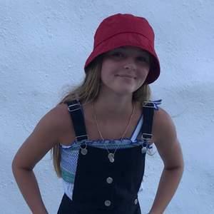 Säljer min röda solhatt/fiskehatt/ buckethat! Köpt sommaren 2019 tror jag men den är i väldigt bra skick. Från Åhléns