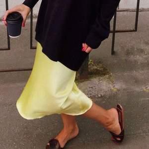 Säljer denna gula satin kjol köpt på mango för 500kr. Aldrig använd och har resor i midjan storlek S.