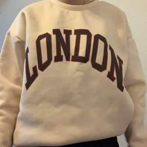 Skön london sweatshirt som är använd några gånger i storlek M men passar som Ett S