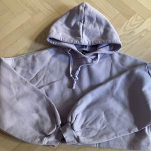 En jättefin pastell lila kort hoodie från Ginatricot. andvänd en gång då den inte passade💗 köpare står för frakt