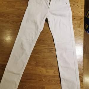 Vita jeans, storlek 158.                                                 (Hund finns i hemmet)