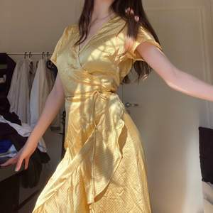 lappen är inte kvar längre men klänningen ser ut samma som på bilderna. 🔴Kolla sista bild, det finns en rivning🔴 skriv till mig om du undrar något.
