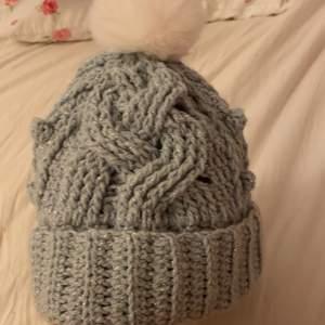 En perfekt mössa för vintern. Den är varm och ett väldigt fint garn.
