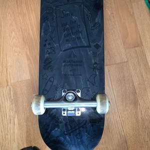 Kollar om nån är intresserad av min skateboard från heartwoodskateboards , köpt för 1200kr för ett år sen men för den är smutsig på grippet så sänks priset en del, griptapen är annars fortfarande starkt då smutset inte förstört grippet. Behöver pengar till en ny så om man vill börja o åka är en sån här perfekt. Rätt säker den var i storlek 8, och den är 19,5 cm i bredden, kan mötas upp i kalmar, vetlanda eller jönköping
