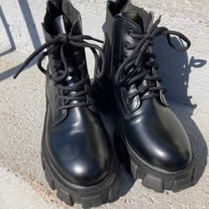 Svarta boots med stora hälar i storlek 39 från shein. Dom är i väldigt bra skick då jag köpte dom för ca en månad sedan och har endast använt dom en gång, dom är lite små i storleken så de skulle nog bäst passa en person som har 38. Dom kostade 212 från början så jag säljer dom för 112 💕 fråga om fler bilder om du vill :)