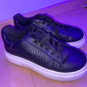 Säljer dessa Alexander MQueen liknande skor då de är för små! Super fina och jätte bra skicka💞säljer för 150kr + frakt 💗💗