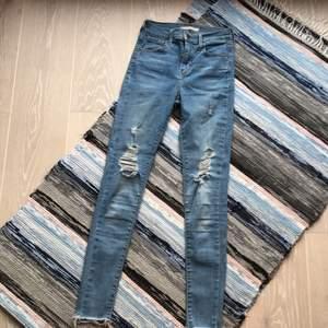 Ett par taighta, högmidjade, ripped jeans från Levi's. Köpta för ca 650 kr. 720 high rise super skinny 24. Storlek: W24 L30. Svaga fläckar på vänster lår.