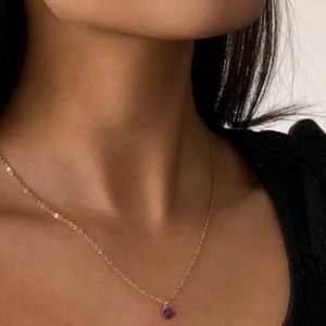 Jättesnygggttt ametist halsband med äkta kristall. Köpt här från plick men använd bara 1 gång 😋 första bilden är lånad från förra ägaren 😋