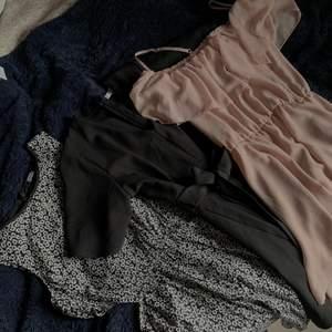 2st klänningar och en svart playsuit. Det första klänningen är en blommig sommarklänning med två öppningar på sidan av magen, klänningen passar xs-s skulle jag säga. Den andra klänningen är en smutsrosa klänning från hm i storlek 36. Den svarta playsuiten är ifrån chiquelle och är i storlek s.