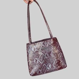 Min favorit väska! Den är i ormskinns-immitation. Haft den i flera år och tänker det är dags att föra vidare. **bild med den på kommer att fixas snart**