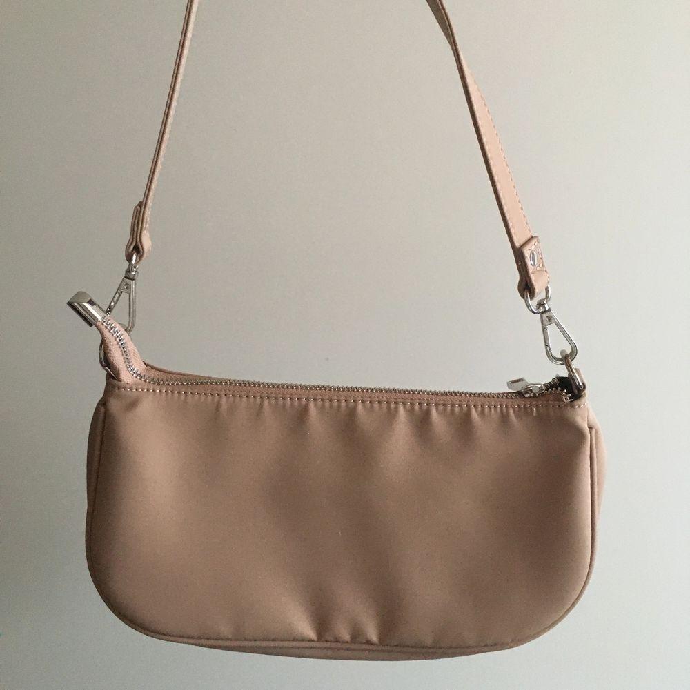 Köp på Gina för 200kr aldrig använd.80kr+frakt.kan mötas upp men också skicka på posten . Väskor.