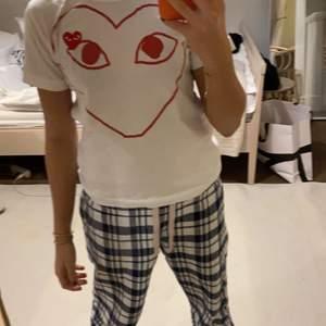 Wow så fin cdg tröja i storlek M!! Passar så fint och har INGA defekter❤️❤️ säljer för 300 kr💕😁🙌