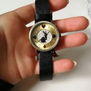 Jätte fin klocka som är inköpt i Japan. Används dokx inte längre. Den är i bra skick och går förutom liten böjning /lite slitning vid ett av spänningshållen , försökt få på bild men svårt att urskilja.
