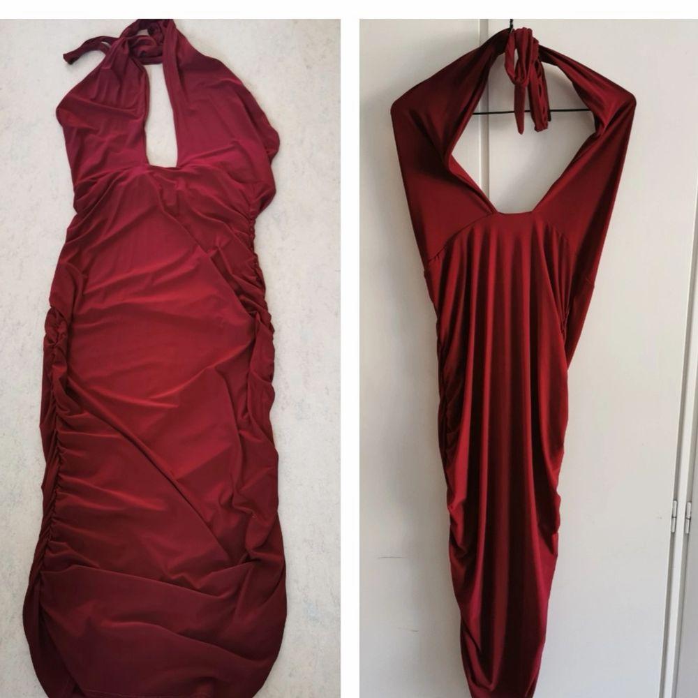 Mörkröd tie up halterneck klänning från Club L. Klänningen går ner under knäna och har öppen rygg. Adrig använd storlek uk 16 ~ 42-44. 50kr.. Klänningar.