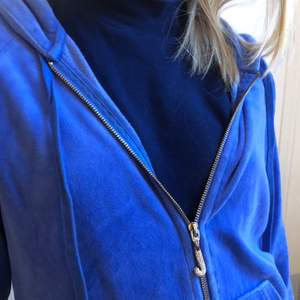 Jätte cool trendig blå fleece tröja från juicy couture. Kan möttas upp eller frakta (köparen står för frakten) BUDA💕