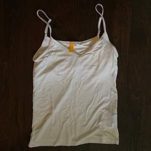 Ett vitt linne i storlek M men är mer S/XS. Aldrig använd. Säljer för 60kr inklusive frakt 🤍