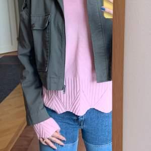 Oanvänd stickad tröja jag köpte på Kappahl för något år sedan. Superfina detaljer. Säljer då den inte kommer till användning.