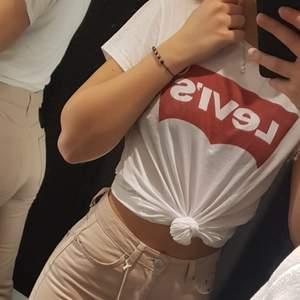 En vit t-shirt från Levi's med dess röda logga. Använd varsamt och i väldigt bra skick.