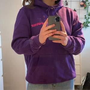 Lila hoodie i nyskick, använd endast ett fåtal gånger. Säljer nu eftersom jag aldrig använder den.