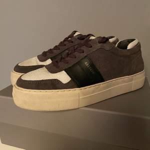 Hej, säljer att par Axel arigato skor. De är i storlek 38, skicket är 9/10 inte använda mer än 5 gånger. Vid fler frågor är det bara att skicka ett meddelande, köparen står för frakt  ;)