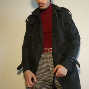 Hello😘 Har denna sexiga & stilrena Naman Trenchcoat som jag plockat upp i Rom. Den får dig att se ut som en romantisk k-pop stjärna vandrandes mystiskt i regnet👌Köptes för 2000, säljes för kärleksfulla 🌹 500. Plick me up om du vill ha Fire🔥!
