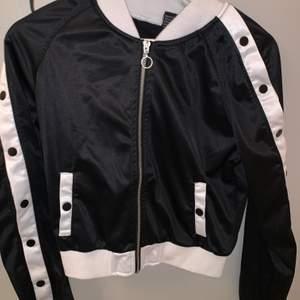 Säljer en tunn jacka eller kofta om man vill ha den som de! Väldigt fin och inga fel! Kom med bra pris :)