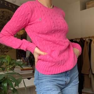 Säljer denna fina Ralph Lauren tröja i storlek XS, endast använd ett fåtal gånger. (Jag är en storlek S på bilden) 💞 köparen står för frakten men jag möter även upp i Lund💞