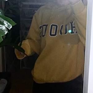 En gul hoodie med tryck, säljer pga har blivit för liten, den passar XS-M och är i väldigt fint skick, passa både med eller utan snören skriv för mer info❤️❤️