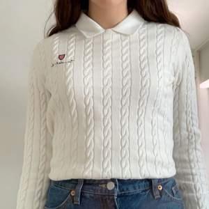 Kabelstickad tröja från bondelid i strl xs. Lite stor i storleken o passar S. Ser stor ut på sista bilden men är inte så stor i verkligheten och enkel att styla/stoppa in innanför byxorna.
