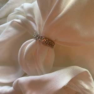 Jättefin silvrig ring med diamanter. Fast pris, storlek S, M och L.