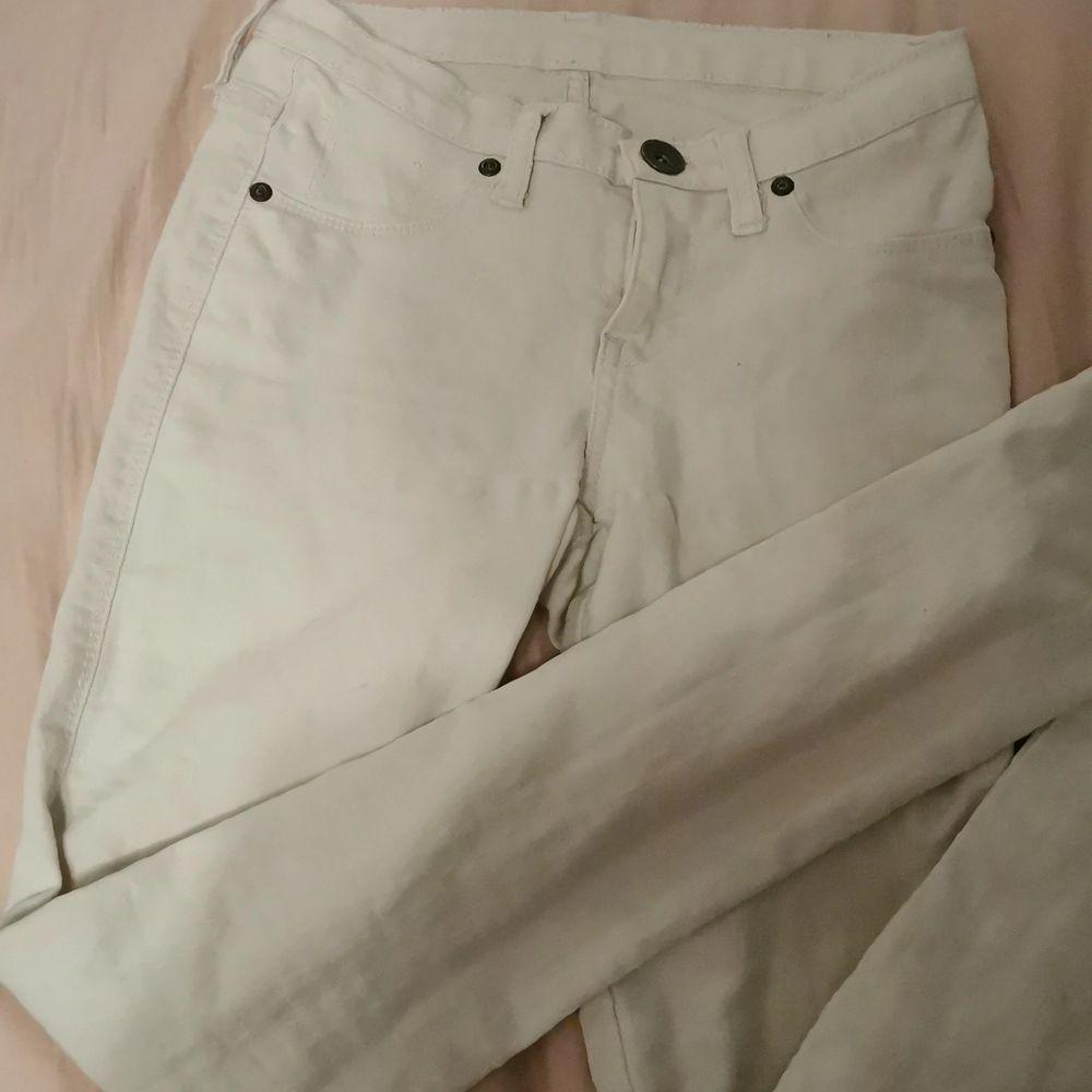 Vita jeans i storlek S. Använda få gånger och bra skick. Säljs pga de e för små för mig. Jeans & Byxor.