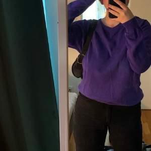 Lila sweater med vringning i storlek L, frakt tillkommer💜